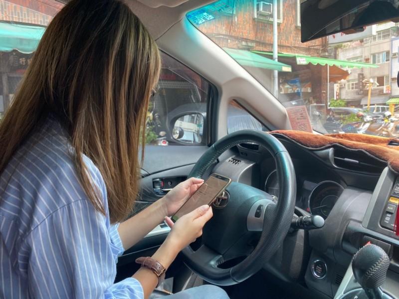 高市路邊停車費電子支付通路成熟,新增「OnePaid萬付通」APP。(記者黃良傑翻攝)