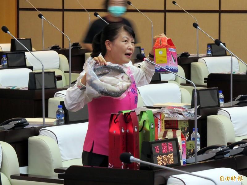 市議員蔡秋蘭質詢時,拿出了琳瑯滿目的農漁特產品,希望市長黃偉哲能多多幫忙推銷。(記者蔡文居攝)