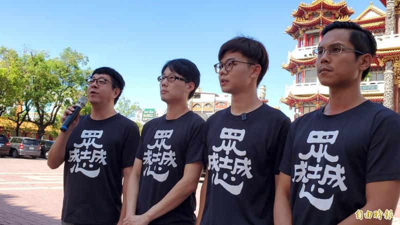 針對國民黨中央配合反制罷韓,公民團體「Wecare高雄」發起人尹立(左1)表示,韓國瑜跟國民黨一直以來就是雙面人,他酸韓國瑜現在嘴巴講什麼,還有人相信嗎?(記者陳文嬋攝)
