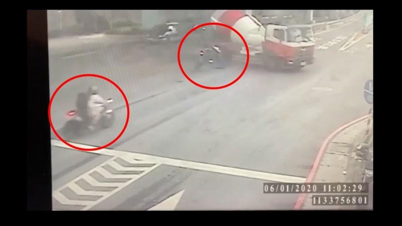 監視器拍下陳男先撞上違規的水泥預拌車,女友張女則緊跟在後。(記者徐聖倫翻攝)