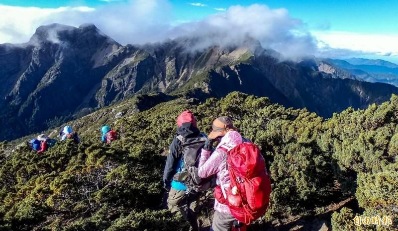 玉山主峰線深受山友喜愛,經常可見山友結伴攀登。(記者謝介裕攝)