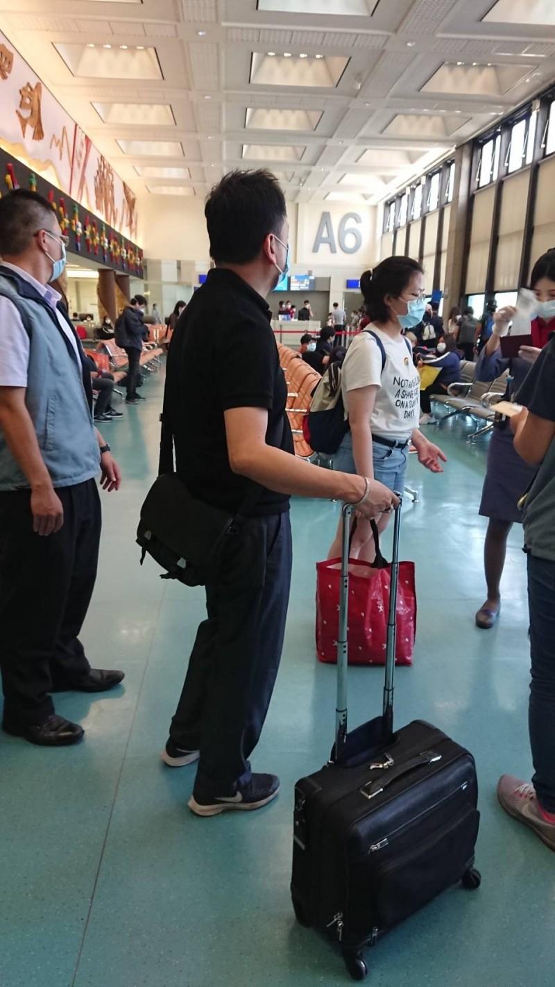 馬來西亞籍男子吳帝慶(黑衣)被刑事局逮捕,遣送回馬來西亞。(記者姚岳宏翻攝)