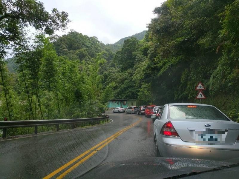 張姓讀者昨天前往台北,不僅碰到雪隧塞車,連北宜公路也出現壅塞,久違車潮讓他驚呼「觀光客真的回來了」。(張姓讀者提供)