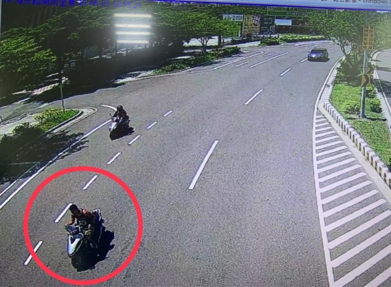 警方從馬路監視器找到騎機車的吳姓搶嫌身影。(記者王俊忠翻攝)