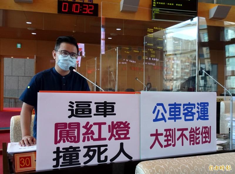 台中市議員黃健豪表示,針對經常肇事的客運業者,市府該徹路權就撤。(記者張菁雅攝)
