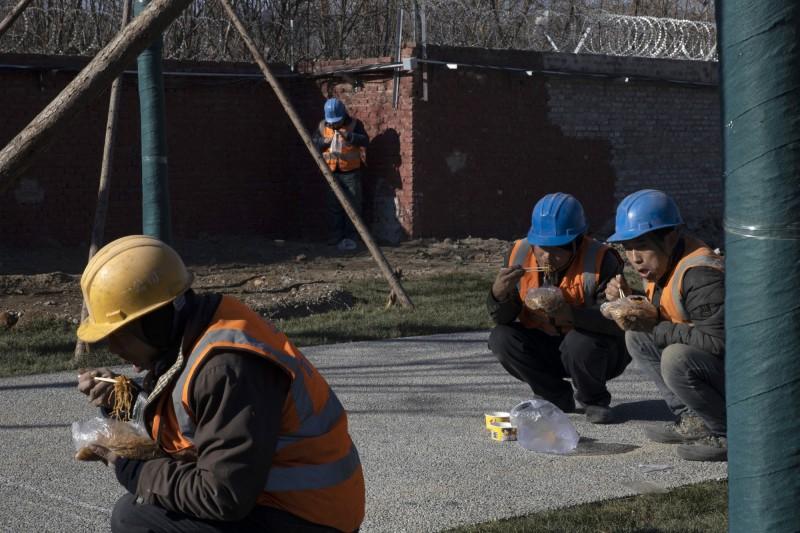 中國官員為了實現習近平2020年「全面脫貧」目標,強迫農村人口遷居城市,卻導致許多人失去謀生能力,只能靠打零工過活,甚至找不到工作。(美聯社檔案照)