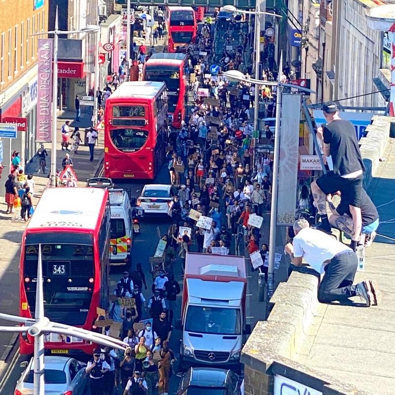 英國倫敦東南部地區上千人走上街頭,抗議美國白人警殺死非裔公民佛洛伊德。(圖取自Liam Rezende推特)