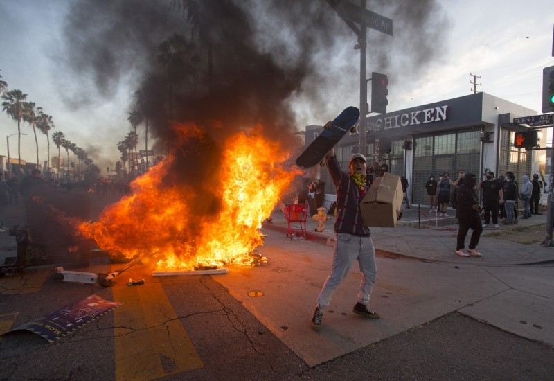 非裔男子佛洛伊德(George Floyd)之死,讓全美各地民眾紛紛上街抗議,但其中卻出現不少暴動、搶劫、放火的行為。(美聯社)