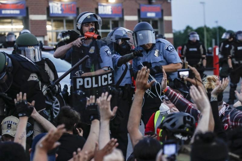 美國暴力示威延燒全國,美官員表示將調查極端主義團體、網路假消息。(美聯社)