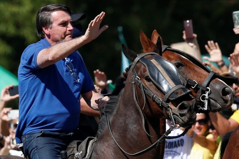 巴西總統波索納洛到場參與首都巴西利亞的反最高法院調查示威。(路透)