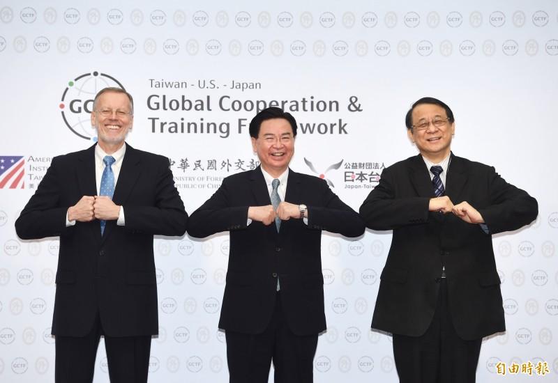 外交部1日舉行「全球合作暨訓練架構(GCTF)成立5週年記者會」,外交部長吳釗燮(中)、AIT處長酈英傑(左)、日本台灣交流協會台北事務所代表泉裕泰(右)出席,並合影留念。(記者方賓照攝)