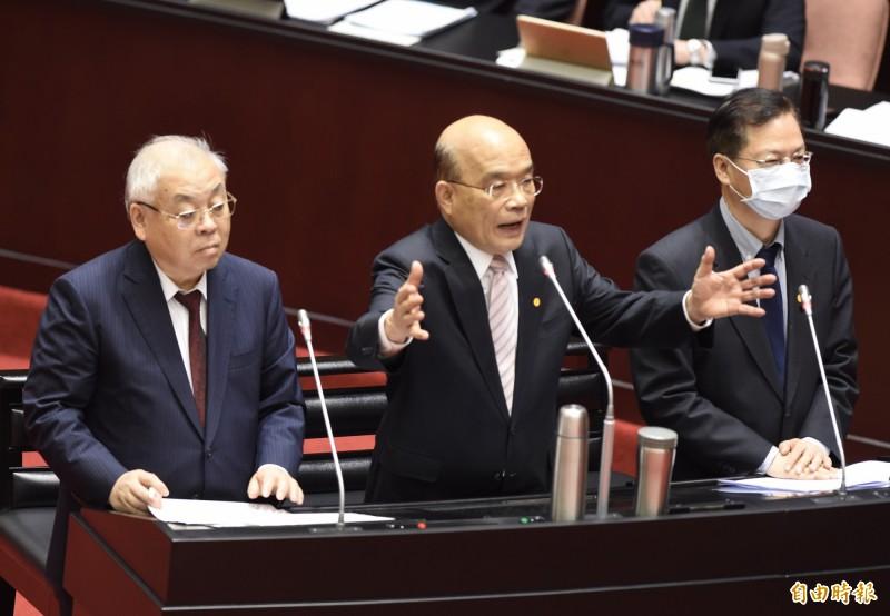 行政院長蘇貞昌(中)明天上午將親自主持記者會,對外宣布振興券將於7月15日正式上路。(資料照)