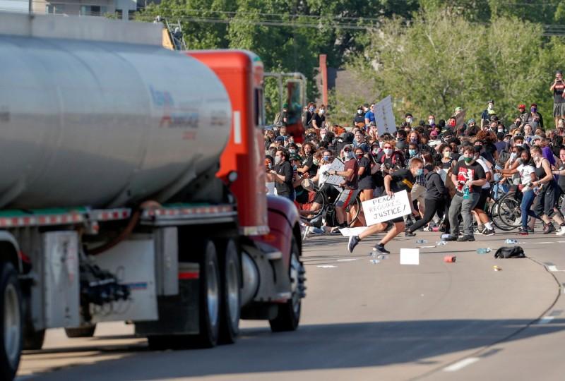 在明尼阿波利斯的35號州際公路上出現驚險的畫面,一輛油罐車竟筆直衝入在橋上的抗爭人群。(路透)