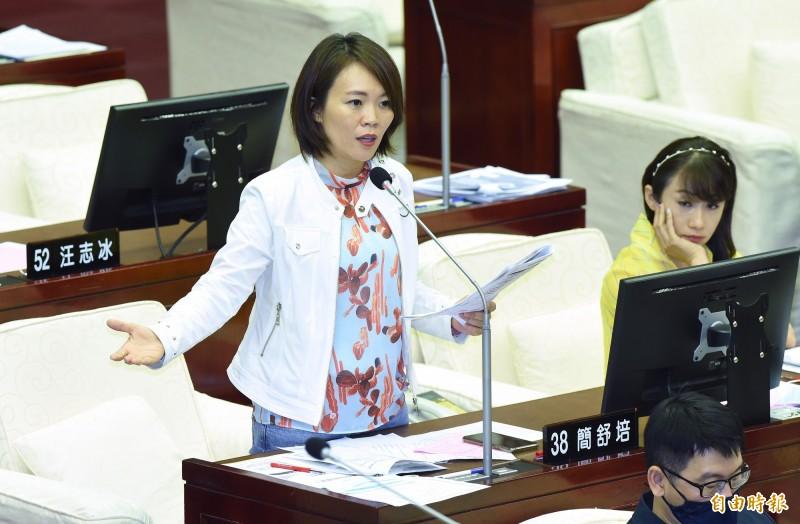 台北市長柯文哲1日赴市議會進行市政總質詢,民進黨議員簡舒培質詢。(記者廖振輝攝)