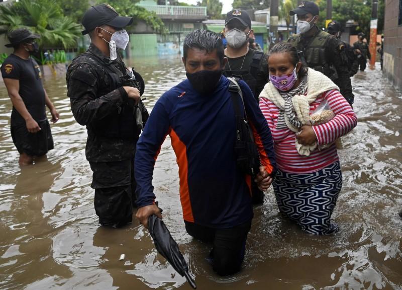 熱帶風暴亞曼達襲擊中美洲,薩爾瓦多洪災嚴重。(法新社)