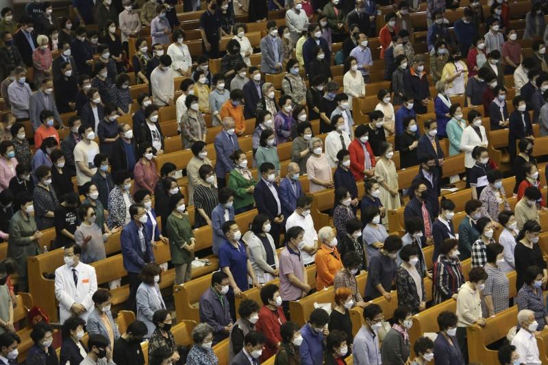 南韓京畿道和仁川市教會相關的確診病例大幅增加,讓確診人數出現增加的趨勢。圖為南韓首爾的基督教徒戴上口罩出席教會活動。(美聯社)