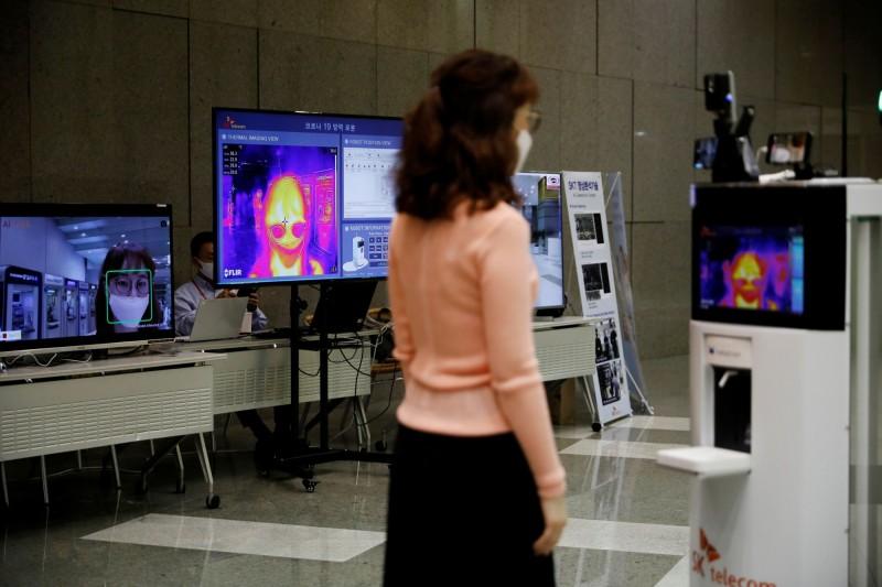 南韓開發能語音提醒保持社交距離、戴口罩、測量體溫,還能分配消毒酒精、進行地板消毒的多功能機器人。(路透)