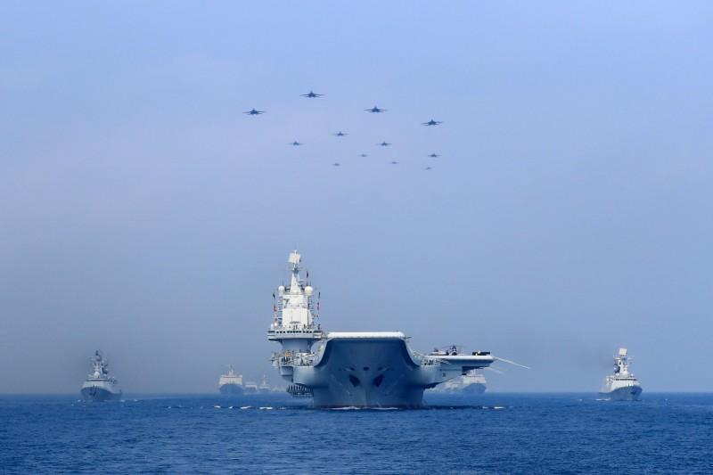 港媒《南華早報》引述中國解放軍內部人士說法,表示南海防空識別區的範圍涵蓋東沙、西沙和南沙群島,且中國早在2010年時就著手規劃。圖為2018年解放軍海軍在南海展示武力。(路透)