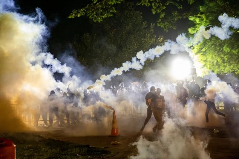 5月31日晚間,美國白宮外出現大批抗議人士,警方發射催淚瓦斯試圖驅離群眾。(法新社)