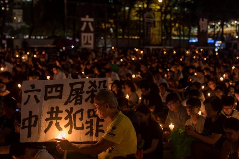 香港警方以疫情為由,對支聯會的六四晚會發出反對通知書,是該晚會30年來首次遭警方反對。(彭博)