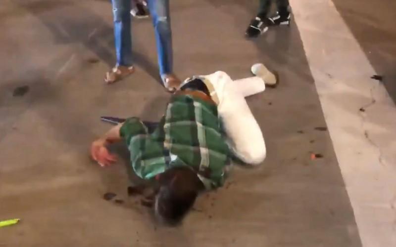 美國民眾上街為非裔男子佛洛伊德(George Floyd)之死尋求正義,但不少示威者卻趁機打家劫舍,達拉斯1名男子為了保護自己的店面最後卻被打得身體扭曲倒地不起。(圖擷自ElijahSchaffer推特)