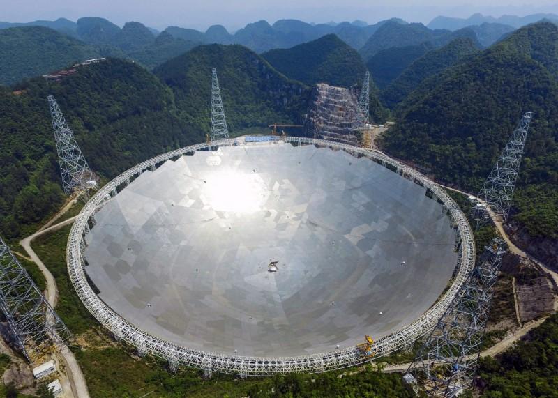 2016年9月25日啟用、位於中國貴州的世界最大射電望遠鏡FAST(Five hundred meter Aperture Spherical Telescope,又稱天眼),確定預計在今年9月起開始搜尋外星人。(歐新社資料照)