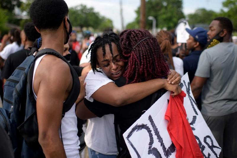 美國非裔男子佛洛伊德(George Floyd)遭警壓制致死案,使多地爆發「反種族歧視」抗議示威。(法新社)