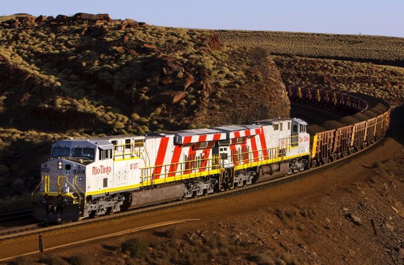 礦業公司力拓集團在西澳州擴建鐵礦場期間,炸毀4.6萬年的洞穴遺址,引起抗議。圖為力拓集團在西澳州皮爾布拉的鐵礦列車。(路透資料照)
