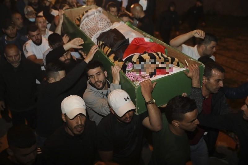 以色列警察在耶路薩冷舊城(Old City)擊斃患有自閉症且無武裝的32歲巴勒斯坦男子哈拉克(Iyad Halak)。圖為民眾抬著哈拉克的棺木。(美聯社)
