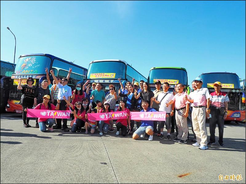 298人壯遊團,在國道3號南投服務區大會合。(記者陳鳳麗攝)