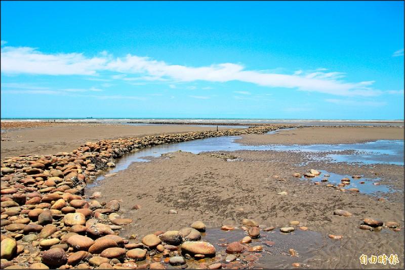 用溪石堆疊的石滬,猶如海上的「長城」,展現早年漁民捕魚智慧。(記者黃美珠攝)