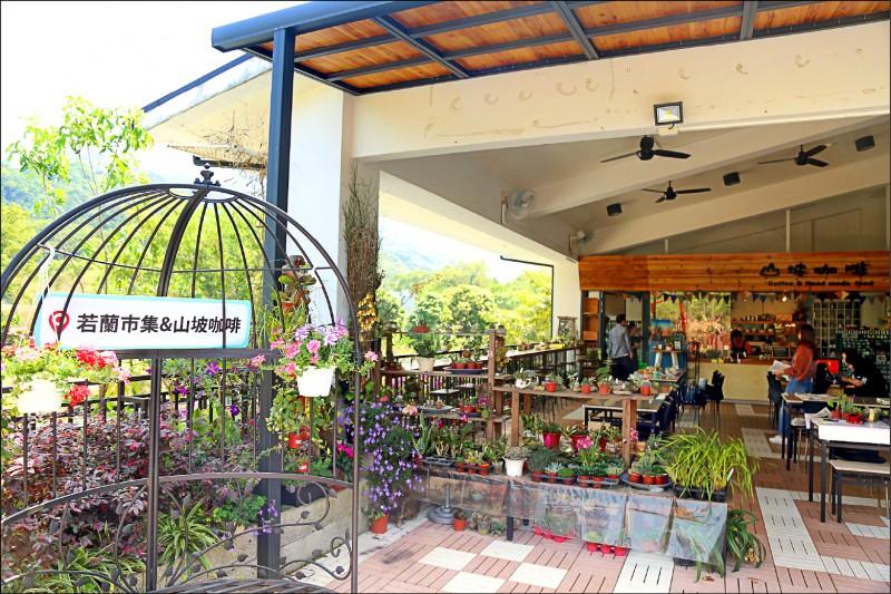 文峰遊客中心的若蘭市集與山坡咖啡。(記者林宜樟翻攝)