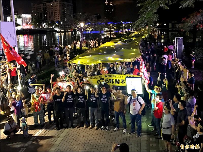 罷韓團體昨天舉行夜間遊行,民主布條在愛河畔拉開,數千民眾高喊「六月六日、非韓不投」。(記者洪臣宏攝)