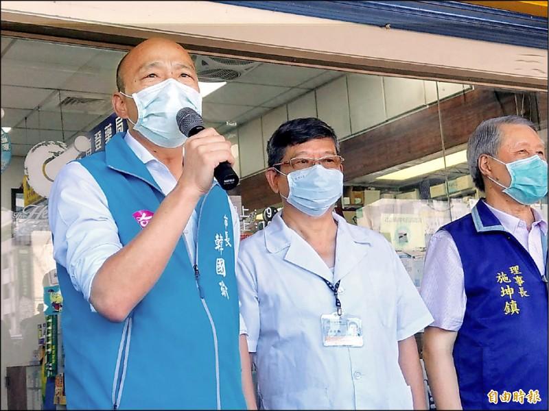 高雄市長韓國瑜(左)昨到參與實名制的藥局頒發感謝狀給湯金獅(中)藥師。(記者方志賢攝)