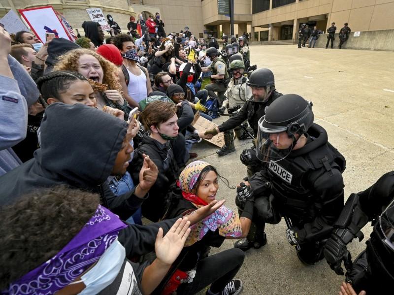 華盛頓州斯波坎鎮的警察排成一列,跪地致意。(美聯社)