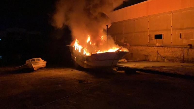 白沙鄉赤崁漁港造船廠停放漁船,深夜遭火舌吞噬。(澎湖縣政府消防局提供)