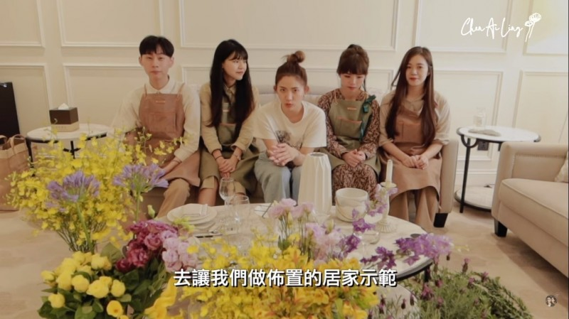 台中市農業局拍片行銷在地花卉,請來網紅陳艾琳(中)教民眾怎麼插花。(農業局提供)