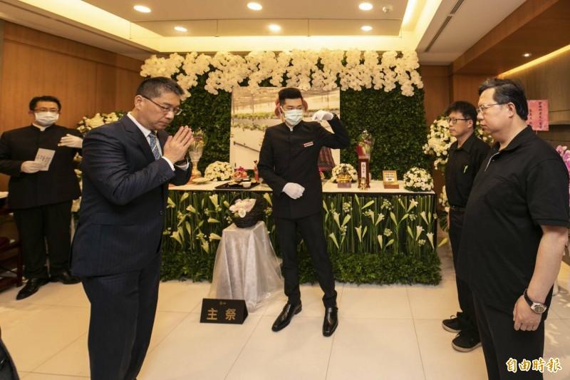 內政部長徐國勇一早就到靈堂捻香,市長鄭文燦在場答謝。(記者謝武雄攝)
