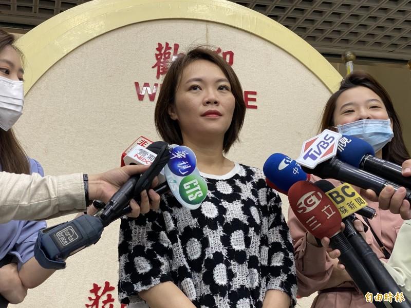 台北市議員簡舒培今上午受訪表示,陳佩琪扯到離婚、紅杏出牆真的是太LOW了,完全搞不清楚被批評什麼,根本就是轉移焦點。(記者楊心慧攝)