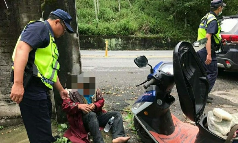 男子盜採牛樟菇欲騎機車逃脫,被警方逮個正著。(記者陳賢義翻攝)