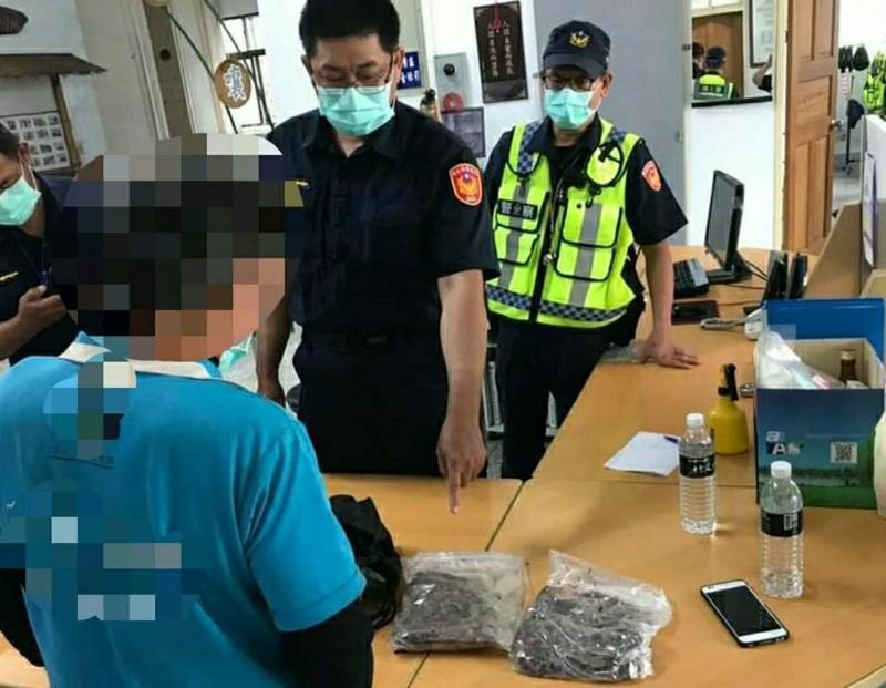 警方從男子外套口袋夾層起獲2包分級包裝好的牛樟菇。(記者陳賢義翻攝)