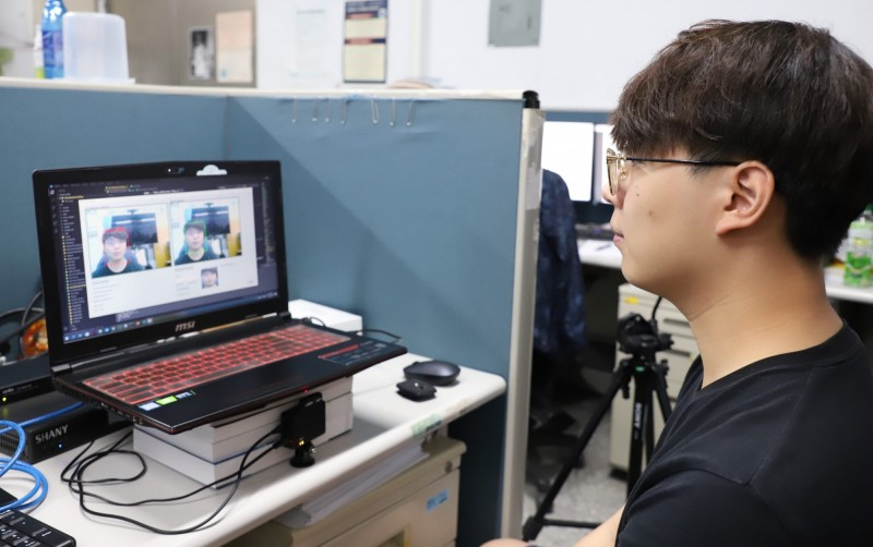 台科大電機所學生蕭力瑋,大學時期在台科大就開始學習人工智慧,現在已經可以自己完成演算法。透過大學產業創新研發計畫,和業界實際接軌,有許多人工智慧的實戰經驗。(台科大提供)