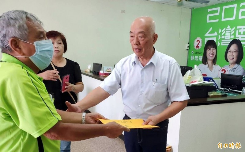 民進黨南投縣黨部執行長張明和(右),受理莊姓黨員指控詹姓候選人違反排黑條款的陳情書。(記者謝介裕攝)