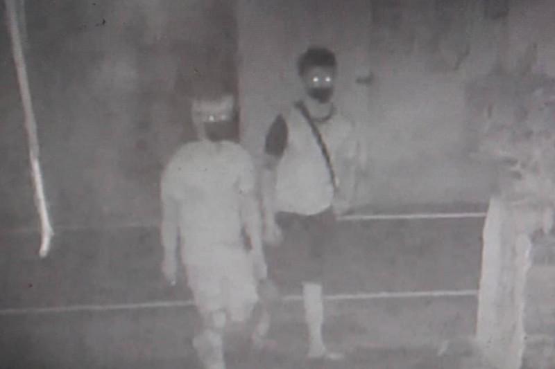 2名竊嫌利用夜色掩護,未持工具徒手沿路翻找未上鎖的汽車車門、機車坐墊。(記者邱芷柔翻攝)