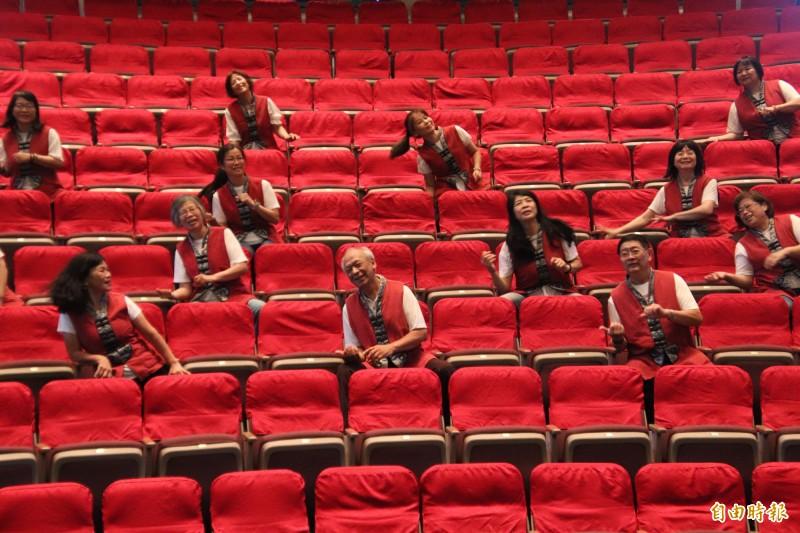 向來是劇場舞台下的志工們,今天在新竹縣的「抗疫不抗藝」傑團快閃行動音樂劇中也成了主角,隨著金曲客家創作歌手黃子軒的「上南片?風」搖擺了起來。(記者黃美珠攝)
