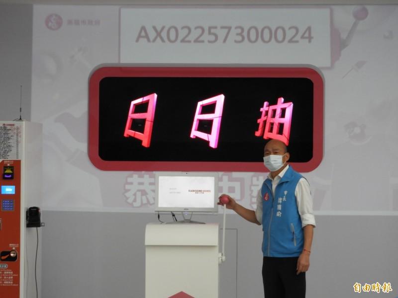 高雄振興購物嘉年華上路,市長韓國瑜用拉霸抽出首日5位抵用金得主。(記者葛祐豪攝)