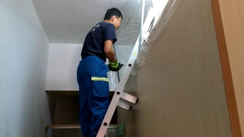 消防人員爬上房間上方勸說斷食婦人無效,隨後破門而入。(記者陳賢義翻攝)