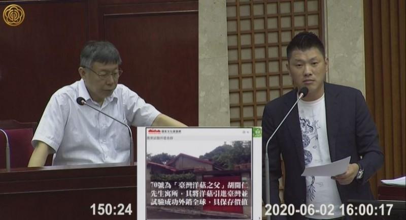 台北市議員王閔生(右)今質詢不滿北市府承諾跳票,他要求盡快辦理撥用,並由北市府規劃修復,台北市長柯文哲(左)允諾將處理。(取自台北市議會影片)