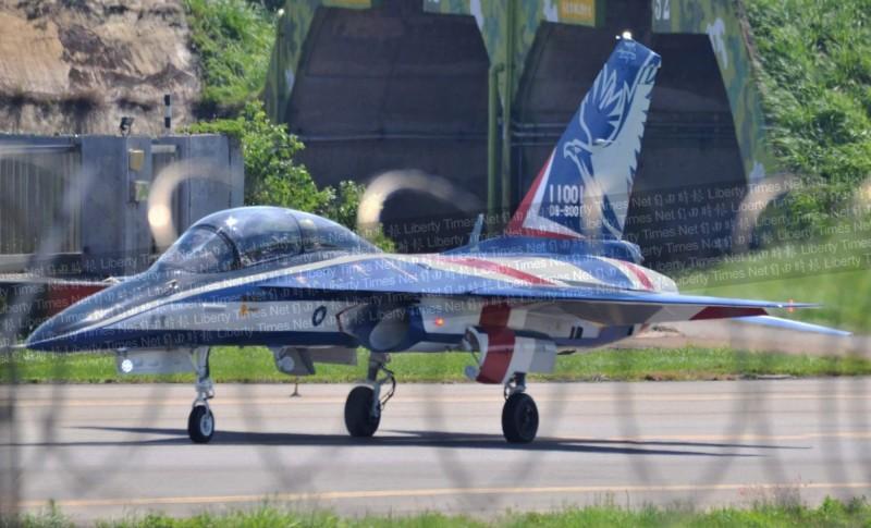 我國自製的「勇鷹」高教機,首度進行動態的滑行測試。(圖由陳姓航迷提供)