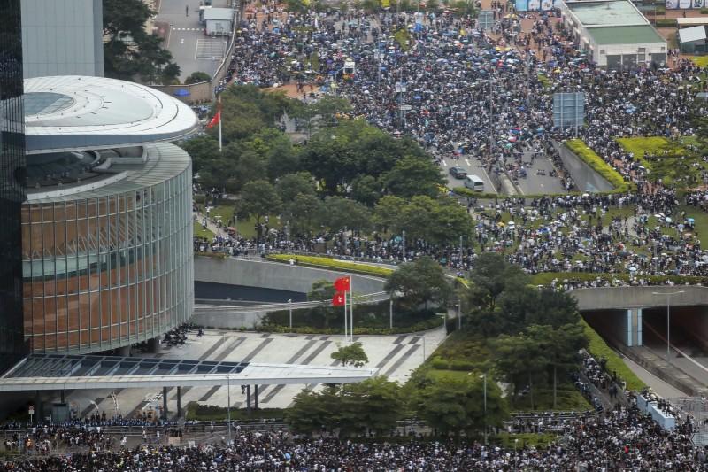 港府宣布延長限聚令,引人聯想政府是否有意限制民眾反送中集會紀念1週年。圖為去年6月12日香港反送中活動。(美聯社)